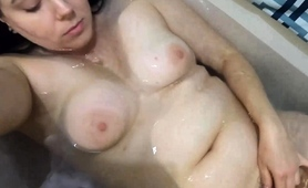 chunky-amateur-babe-fingers-her-needy-pussy-in-the-bathtub